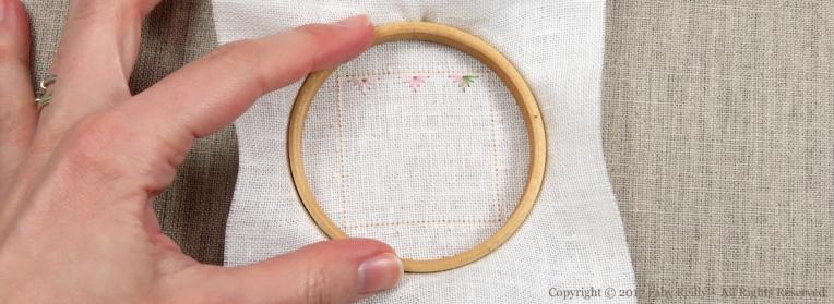 Comment placer la toile sur un petit tambour à broder - Faby Reilly Designs