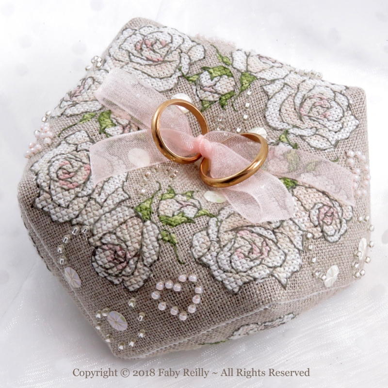 Biscornu Il était une Rose - Faby Reilly Designs